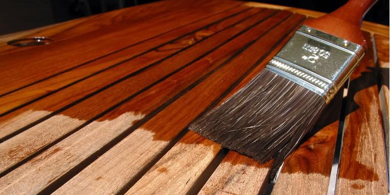 Como escolher a cor e o tipo de verniz para madeira?